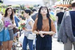 哥伦比亚路花星期天市场 街道贸易商卖他们的股票 有花的人们在他们的手上 免版税图库摄影
