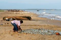 哥伦比亚,海滩的渔夫 免版税库存照片
