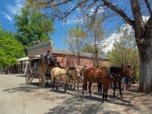哥伦比亚,金县,加利福尼亚,美国镇:马推车车手 免版税库存照片