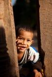 吴哥城废墟的孩子 免版税库存照片