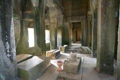 吴哥寺庙(吴哥窟),暹粒,柬埔寨内部柱子  免版税图库摄影