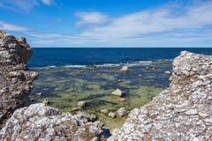 哥得兰岛,瑞典的岩石海岸线 免版税图库摄影