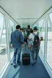 哥打巴鲁2016年9月17日:走往飞机的亚裔人在哥打巴鲁机场吉兰丹马来西亚 库存图片