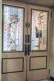 哥斯达黎加与被铭刻的玻璃窗的剧院门 免版税库存照片