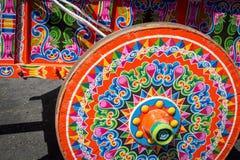 哥斯达黎加典型的oxcart轮子丝毫绘了五颜六色的轮子 免版税库存图片