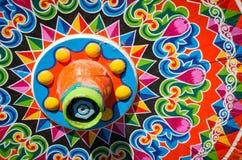 哥斯达黎加典型的oxcart轮子丝毫绘了五颜六色的轮子 库存照片