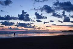 哥斯达黎加海滩日落 免版税库存图片
