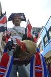 哥斯达黎加的公鸡:爱好者庆祝与他的雄鸡的真实的橄榄球激情! 库存图片