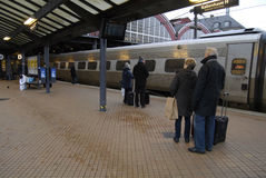哥本哈根中央火车站的火车乘客 库存图片