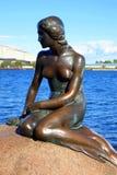 哥本哈根小的美人鱼雕象 图库摄影