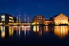 哥本哈根建筑学的美好的夜视图  城市克里姆林宫横向晚上被反射的河 库存图片