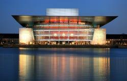 哥本哈根歌剧在晚上 免版税库存照片