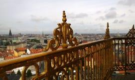 哥本哈根看法从监视的高度的在救主的塔的 在框架可看见对金黄篱芭 免版税图库摄影