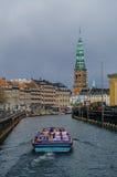 哥本哈根老镇和运河的春天视图  免版税库存照片