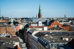 哥本哈根都市风景有香港大会堂尖顶的,丹麦 免版税库存图片