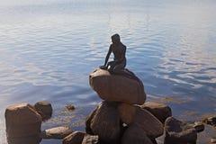"""哥本哈根,丹麦†""""7月16日:2014年7月16日的小的美人鱼古铜雕象在哥本哈根 库存照片"""