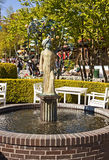 哥本哈根,丹麦-一个喷泉的看法在Tivoli庭院的 免版税图库摄影