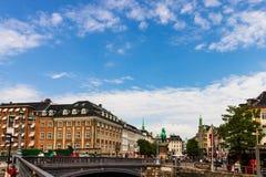 哥本哈根,丹麦- 2019年 主要购物的街道在哥本哈根,丹麦 漫步在街道上的游人 免版税库存照片