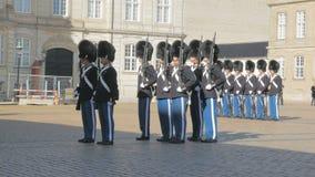 哥本哈根,丹麦- 2017年10月:仪式改变在Amalienborg宫殿的丹麦皇家卫兵 股票录像