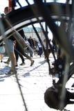 哥本哈根,丹麦- 2016年8月07日:人们沿Stroget街走 看法通过自行车轮子轮幅 免版税库存照片