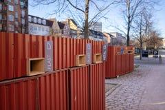 哥本哈根,丹麦- 2019年4月1日:混杂的废物的垃圾桶在一条运河旁边在Christianshavn在哥本哈根 免版税图库摄影