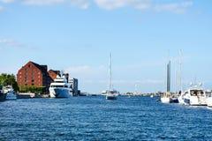 哥本哈根,丹麦- 2018年7月7日 哥本哈根运河  一条美丽,海洋划线员和游艇 日热晴朗 旅行 图库摄影