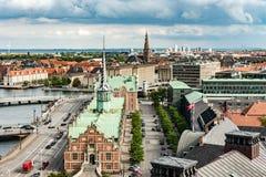 哥本哈根,丹麦- 2015年8月25日:哥本哈根和Bosen 17世纪证券交易所的议会宫殿在Cope的中心 库存图片
