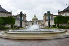 哥本哈根,丹麦- 2017年5月31日:喷泉在有弗雷德里克` s教会弗雷德里克国王圆顶和雕象的Amalie庭院v 库存图片