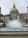 哥本哈根,丹麦- 2017年5月31日:喷泉在有弗雷德里克` s教会弗雷德里克国王圆顶和雕象的Amalie庭院v 免版税库存照片
