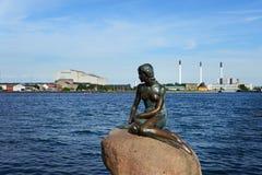 哥本哈根,丹麦- 2016年7月23日:小的美人鱼的著名雕象在哥本哈根 免版税库存照片