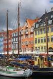 哥本哈根,丹麦- 2016年8月14日:小船在船坞Nyhavn 库存照片