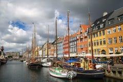 哥本哈根,丹麦- 2016年8月14日:小船在船坞Nyhavn 免版税库存照片