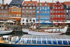 哥本哈根,丹麦- 2016年8月15日:小船在船坞Nyhavn 图库摄影