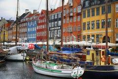 哥本哈根,丹麦- 2016年8月15日:小船在船坞Nyhavn 免版税库存照片