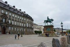 哥本哈根,丹麦- 2017年5月31日:弗雷德里克国王骑马雕象VII在Christiansborg槽孔宫殿前面 免版税图库摄影