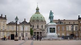 哥本哈根,丹麦- 2017年5月31日:有Amalienborg ` s创建者一个巨大的骑马雕象的Amalienborg Slotsplads广场  库存照片