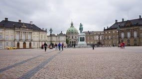 哥本哈根,丹麦- 2017年5月31日:有Amalienborg ` s创建者一个巨大的骑马雕象的Amalienborg Slotsplads广场  库存图片