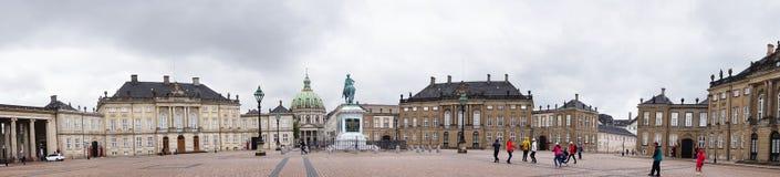 哥本哈根,丹麦- 2017年5月31日:有Amalienborg ` s创建者一个巨大的骑马雕象的Amalienborg Slotsplads广场  免版税库存照片