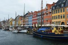 哥本哈根,丹麦- 2017年5月31日:著名Nyhavn的开放咖啡馆的人们散步 Nyhavn 17世纪港口在Copenhag 库存照片