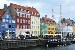 哥本哈根,丹麦- 2017年5月31日:著名Nyhavn的开放咖啡馆的人们散步 Nyhavn 17世纪港口在Copenhag 图库摄影