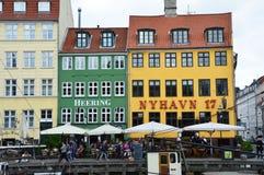 哥本哈根,丹麦- 2017年5月31日:著名Nyhavn的开放咖啡馆的人们散步 Nyhavn 17世纪港口在Copenhag 库存图片
