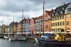 哥本哈根,丹麦- 2017年5月31日:著名Nyhavn的开放咖啡馆的人们散步 Nyhavn 17世纪港口 库存照片
