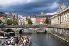 哥本哈根,丹麦- 2016年8月14日:运河,小船看法与 库存图片