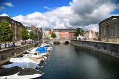 哥本哈根,丹麦- 2016年8月14日:运河,小船看法与 免版税库存图片