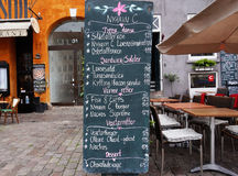 哥本哈根,丹麦- 2017年5月31日:黑板在Nyhavn运河的餐馆菜单 Nyhavn是江边,运河 库存照片