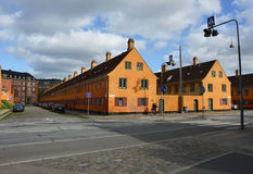 哥本哈根,丹麦- 2017年5月31日:黄色房子在Nyboder区,前海军营房历史的行格住宅区警察的 免版税库存照片