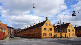 哥本哈根,丹麦- 2017年5月31日:黄色房子在Nyboder区,前海军营房历史的行格住宅区警察的 免版税库存图片