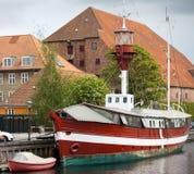 """哥本哈根,丹麦- 2012年5月15日:FYRSKIB â """"– XI -在码头的葡萄酒灯塔船在Frederiksholms运河 图库摄影"""