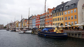 哥本哈根,丹麦- 2017年5月31日:Nyhavn 17世纪港口在有典型的五颜六色的房子和水运河的哥本哈根 库存图片