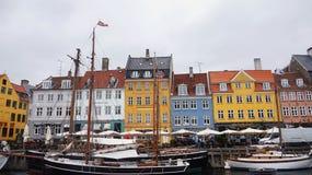 哥本哈根,丹麦- 2017年5月31日:Nyhavn 17世纪港口在有典型的五颜六色的房子和水运河的哥本哈根 免版税库存图片